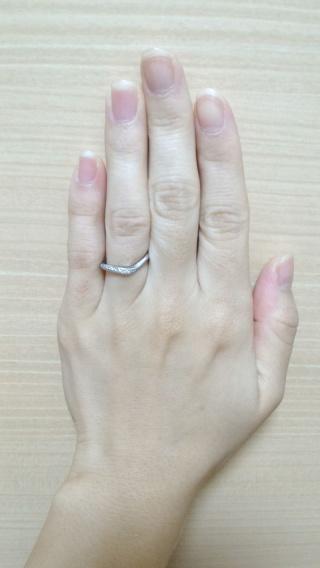 【アイプリモ(I-PRIMO)の口コミ】 全体的にダイヤが散りばめられていますが、独特のV字ラインが派手すぎず、…