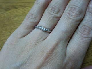 【スタージュエリー(STAR JEWELRY)の口コミ】 ティファニーのエンゲージリングと重ね着けをしたくてV字デザインの結婚指…