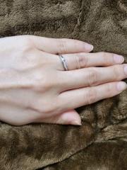 【俄(にわか)の口コミ】 リングのラインがとても繊細でつけ心地がとてもよかったです。指が細く見え…