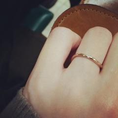 【SIENAROSE(シエナロゼ)の口コミ】 決め手はデザインでした。もともと、華奢でシンプルなデザインの指輪を探…