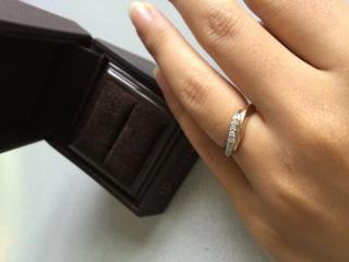 【アイプリモ(I-PRIMO)の口コミ】 もらった婚約指輪が丸ではなく画像のように湾曲していたので、一緒にはめら…