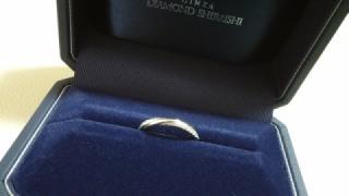 【銀座ダイヤモンドシライシの口コミ】 デザインがV字やウェーブではなく、ストレートのリングを探していました。…