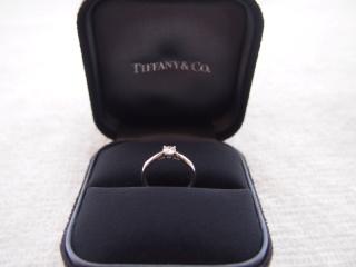 【ティファニー(Tiffany & Co.)の口コミ】 ダイヤモンドを優しく包み込んでいるデザインが素敵です。彼が婚約指輪も…