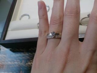 【杢目金屋(もくめがねや)の口コミ】 桜あわせという指輪を試着させてもらいました。 マリッジリングをエンゲー…