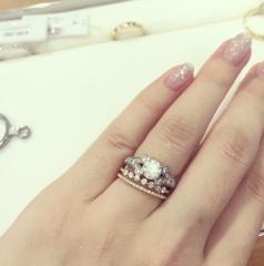 【カルティエ(Cartier)の口コミ】 大のジュエリー好きで婚約指輪はたくさんのお店を回って選びました。この指…