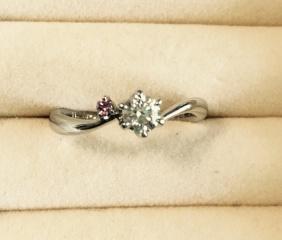 【LUZIR(ルジール)の口コミ】 ウェディング雑誌で、前もって婚約指輪のリサーチをして、3店舗ほど回って…