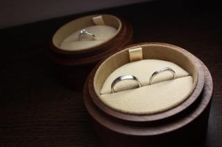 【COLANY(コラニー)の口コミ】 奥さんは婚約指輪とセットで使えるようなデザインが良いとのことで、細い…
