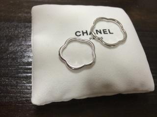 【シャネル(CHANEL)の口コミ】 お花の形と1粒ダイヤに一目惚れでした。 結婚指輪はシンプルなデザインが…