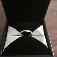 【エクセルコダイヤモンド(EXELCO DIAMOND)の口コミ】 ダイヤが12個入っていて、内側から外側にかけて流れるようなデザインに惹…