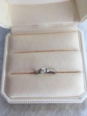 【アイプリモ(I-PRIMO)の口コミ】 結婚指輪をシンプルにしたので、婚約指輪は少し目立つタイプが良いと思い…