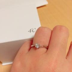 【4℃(ヨンドシー)の口コミ】 THE婚約指輪という形が憧れでしたが、つけてみるとストレートより緩やかに…