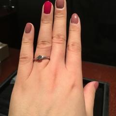 【JEWELRY  KAMATA(ジュエリーかまた)の口コミ】 プロポーズされた際に彼からいただきました。私の希望していたS字でサイド…