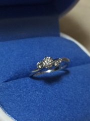 【銀座ダイヤモンドシライシの口コミ】 ダイヤの輝きがよく、デザインも素敵だったので決めました。 真ん中のダイ…