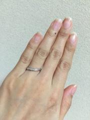 【Advance(アドバンス)の口コミ】 結婚情報誌で紹介されていたこの指輪に一目惚れでした。細いS字カーブで指…