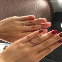 【JEWELRY  KAMATA(ジュエリーかまた)の口コミ】 S字なので指が綺麗に見えることと、溝のデザインなので、角度によって光の…