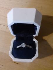 【4℃(ヨンドシー)の口コミ】 結婚指輪はシンプルなものを予定していたので婚約指輪は華やかなものが良…