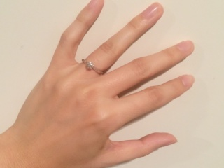 【ティファニー(Tiffany & Co.)の口コミ】 実物を見る前から決めていました。婚約指輪といえばティファニーのソリテ…
