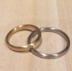 【俄(にわか)の口コミ】 普段全くアクセサリーをつけない主人が結婚指輪は木目がいいという希望が…