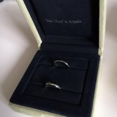 【ヴァン クリーフ&アーペル(Van Cleef & Arpels)の口コミ】 プラチナ素材で、且つ飾りのないシンプルなものにしたいと思っていました。…