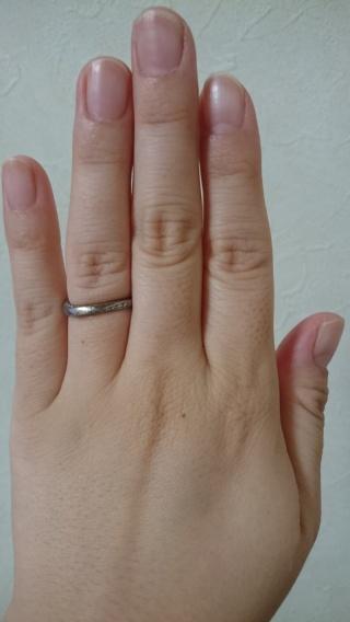 【俄(にわか)の口コミ】 正面から見ると、シンプルな指輪に見えますが、指輪の上下の側面になめら…