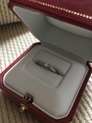 【カルティエ(Cartier)の口コミ】 大ぶりでは無く小ぶりで付けやすいのが一番の決め手です。昔の婚約指輪は大…