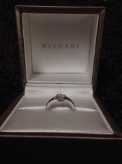 【ブルガリ(BVLGARI)の口コミ】 シンプルですが、ダイヤモンドに向かってリングが細くなる形がリボンのよ…