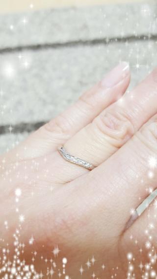 【アンジェリックフォセッテ(Angelique Fossette)の口コミ】 婚約指輪との重ね付けがしたいので、相性が良い物を選びました。緩やかなV…