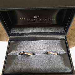 【ラザール ダイヤモンド(LAZARE DIAMOND)の口コミ】 他にはないデザイン。左薬指にはめて、ちょうどまっすぐになるデザインにな…
