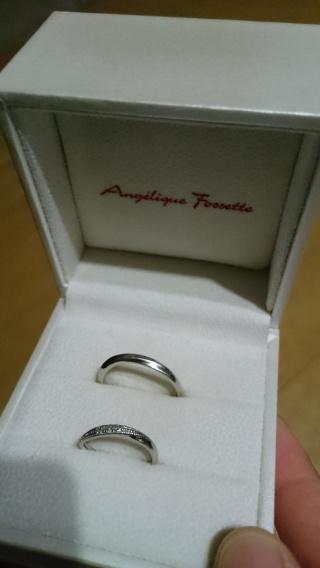 【アンジェリックフォセッテ(Angelique Fossette)の口コミ】 値段も手頃で、なによりシンプルで飽きのこないデザインです! 3粒のダイ…