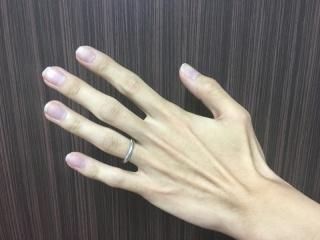 【JEWELRY  KAMATA(ジュエリーかまた)の口コミ】 指輪の内側に二人だけのデザインを施してもらったところです。 外見はシン…