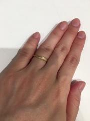 【JEWELRY  KAMATA(ジュエリーかまた)の口コミ】 V字が綺麗だったのでこれにしました。婚約指輪ともとても相性がいいでます…