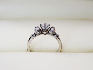 【ケイウノ ブライダル(K.UNO BRIDAL)の口コミ】 はじめは婚約指輪は無しで、結婚指輪を豪華にしよう。と、ディズニーが大好…