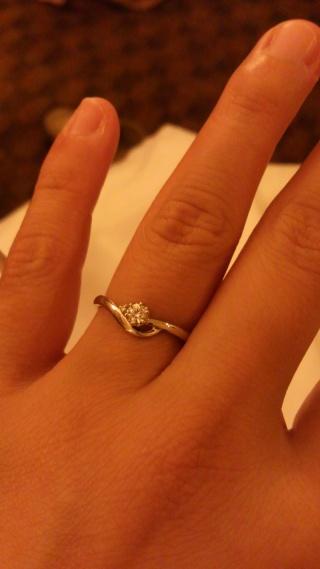 【4℃(ヨンドシー)の口コミ】 婚約指輪なのでやはりダイヤが輝くものをと思っていました。 こちらの指輪…