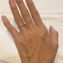 【エクセルコダイヤモンド(EXELCO DIAMOND)の口コミ】 上品なミル打ちされてるところが特に気に入りました。 見た目が可愛いくて…
