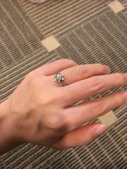 【EIKA(エイカ)の口コミ】 ダイヤがまるで雪の結晶のような形で散りばめられていて可愛らしく、華や…