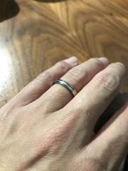 【Tomo me(トモミ)の口コミ】 お店でたくさんの指輪を見せて頂きました。その中で、直線的で、シンプルな…