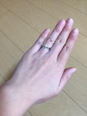 【銀座ダイヤモンドシライシの口コミ】 婚約指輪は華やかになるよう、中央のダイヤだけでなくサイドにも小さめの…