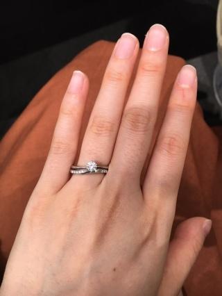 【アイプリモ(I-PRIMO)の口コミ】 婚約指輪は細身でハートの透かしが入っていてダイヤモンドが一層きれいに見…