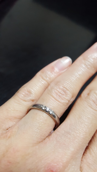 【ジュエリーツツミ(JEWELRY TSUTSUMI)の口コミ】 プラチナのリングにダイヤが3粒付いた結婚指輪を選びました。パッと見わ分…