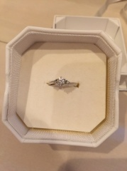 【4℃(ヨンドシー)の口コミ】 とても素敵なデザインで、本当は真ん中のダイヤだけの物を検討してくれて…
