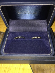【銀座ダイヤモンドシライシの口コミ】 シンプルになってしまいがちな男性のリングですが、このデザインではひねり…