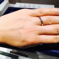 【銀座ダイヤモンドシライシの口コミ】 リングのつなぎ目にダイアモンドがはまっているデザインです。一粒ダイア…