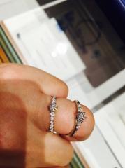 【銀座ダイヤモンドシライシの口コミ】 両脇に2つずつダイヤが付いており、とても輝いていた。5種類ほど試着した…
