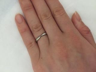 【ティファニー(Tiffany & Co.)の口コミ】 この指輪は中央がくぼんでいて、婚約指輪と重ねづけができるところがポイ…