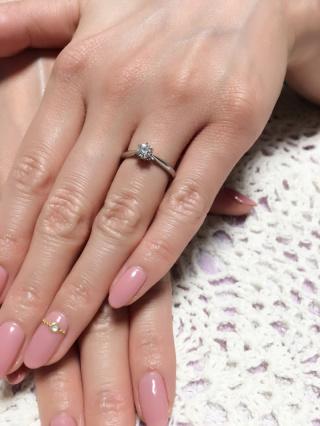 【銀座ダイヤモンドシライシの口コミ】 セントグレアという背の高い指輪を選びました。教会をイメージしたデザイ…