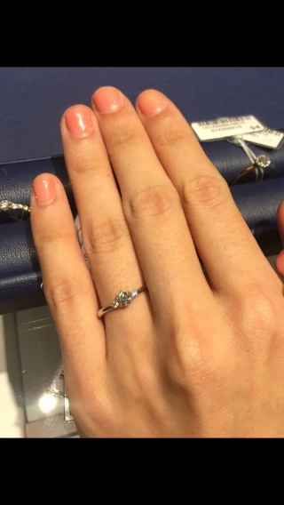 【銀座ダイヤモンドシライシの口コミ】 デザインが日本人の手の形に合うように綿密に計算されており、斜めのフォ…