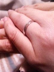 【銀座ダイヤモンドシライシの口コミ】 (妻)色々試着してみて、シンプルな指輪が自分達には似合うとわかり、その…