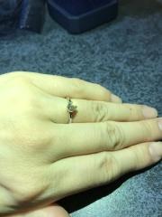 【銀座ダイヤモンドシライシの口コミ】 細身の指輪で、ダイヤモンドを横からも眺められるデザインを探していて、…