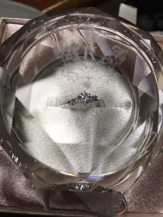 【JEWELRY  KAMATA(ジュエリーかまた)の口コミ】 何種類も指輪を見せてもらってどれも良くすごく悩みましたが、シンプルで…
