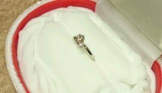 【WATANABE / 宝石・貴金属 渡辺の口コミ】 真ん中のダイヤの脇に小さいメレダイヤが入ったデザインを探しており、WA…